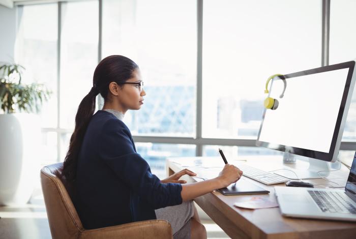 Ergonomics-for-the-Hybrid-Work-Environment_Women at home office desk